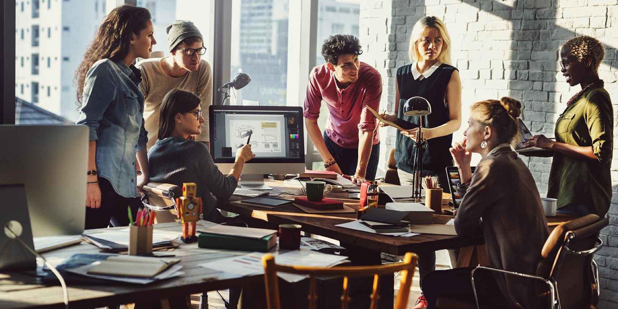 Cyan Bildkonzept – Gruppe von Menschen bei der Arbeit (mit digitalen Geräten)