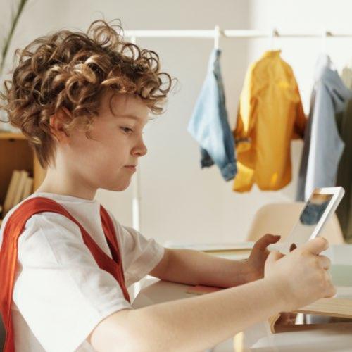 Cyan Bildkonzept – Mädchen benutzt zuhause ein Smartphone
